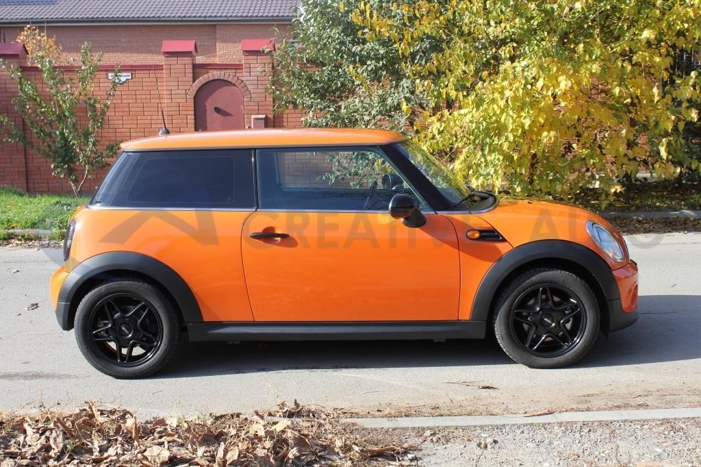 Оранжевый и черный глянец Mini Cooper. Изображение 5